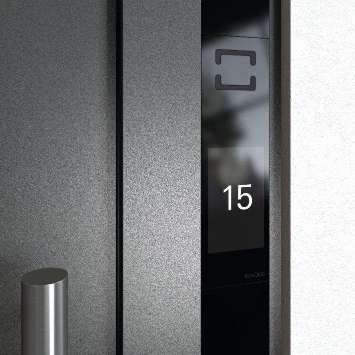 Dzięki nowemu wyświetlaczowi panel posiada minimalistyczny wygląd, a przełączanie pomiędzy poszczególnymi ekranami odbywa się dotykowo