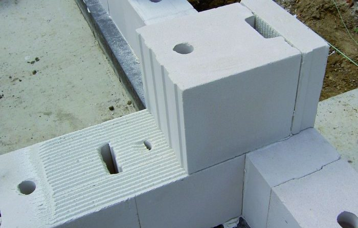 Jak tworzyć ściany szczelinowe przy pomocy bloczków silikatowych?